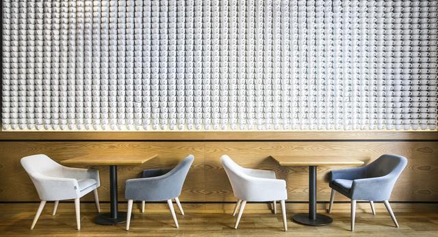 Ściana z filiżanek. Architektura wnętrz Cafe Corner